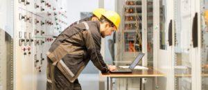 אינסטלטור המחליפים של צינורות הברזל מקצועיים עם רישיון והסמכה שיודעים לתת אחריות לעבודתם תוך כדי שיפוץ השירותים והצנרת