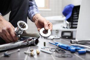 שרברב ומנעולן מומחה אינסטלטורים בעלי ידע מומחים בתחומם עם כלי עבודה מקצועיים שיודעים להחליף צינורות ביוב תוך כדי החלפת צינורות הברזל