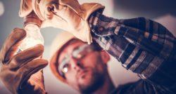 שרברב ומנעולן מומחה מבצעי תיקוני אינסטלציה מורכבים מקצועיים עם הרבה רצון לתקן את הצנרת שיודעים לאתר נזילות וצנרת רקובה תוך כדי איתור הרטיבות בקירות