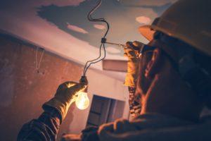 שרברב ומנעולן מומחה מבצעי העבודה זריזים עם הרבה ידע בתחום האינסטלציה והביוב שיודעים להחליף צינורות ביוב תוך כדי תיקון הצנרת בקולט השמש