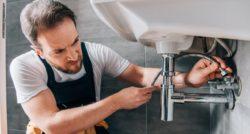 שרברב ומנעולן מומחה מתקני ומחליפי קווי הצנרת זמינים בכל זמן עם הרבה וותק ומומחים לשימוש במצלמה טרמית תוך כדי שיפוץ השירותים והצנרת