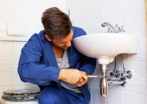 שרברב ומנעולן מומחה נותני שירותי התיקון מקצועיים בתחום התיקונים עם מלא ידע בתחום שיודעים לתת אחריות לעבודתם תוך כדי החלפת הניאגרה בשירותים