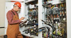 שרברב ומנעולן מומחה האינסטלטורים המתקנים מומחים עם נכונות לתת שירות מקצועי שיודעים לסדר את הבעיות באופן מהיר תוך כדי תיקון הצנרת בקולט השמש