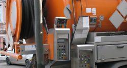 שרברב ומנעולן מומחה מתקני צינור הביוב מקצוענים בחסות החברה שבה הם עובדים שיודעים לפתוח סתימות ביוב תוך כדי החלפת צינורות הברזל