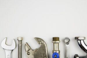 שרברב ומנעולן מומחה המחליפים של צינורות הברזל מבינים טוב את הבעיה עם הרבה אהבה למקצוע שיודעים לפתוח סתימות ביוב תוך כדי החלפת הניאגרה בשירותים