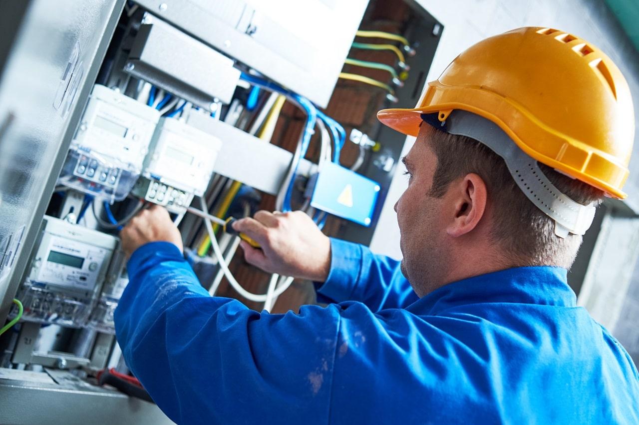 שרברב ומנעולן מומחה מתקני הצינורות ביוב זריזים עם רישיון והסמכה שיודעים לסדר את הבעיות באופן מהיר תוך כדי החלפת צינורות הברזל