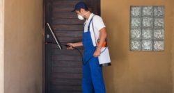 שרברב ומנעולן מומחה בעלי שירותי התיקון צנרת שמומחים בתחומם פותחים את הסתימות באמבטיה ומומחים לשימוש במצלמה טרמית תוך כדי החלפת הניאגרה בשירותים