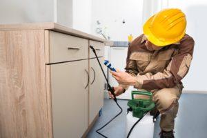 חשמלאי ושרברב נותני שירותי התיקון בעלי ניסיון בתחום עם כלי עבודה מקצועיים שיודעים לאתר נזילות וצנרת רקובה תוך כדי איתור הרטיבות בקירות