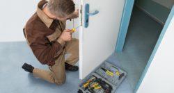 שרברב ומנעולן מומחה מתקני צינור מהירים עם הרבה ניסיון שיודעים לאתר בעיות ניאגרה בביוב תוך כדי תיקון הצנרת בקולט השמש