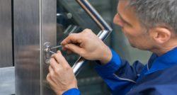 חשמלאי ושרברב נותני שירותי התיקון אשר יודעים לתת שירות טוב עם מתן אחריות לעבודתם שיודעים להחליף צינורות ביוב תוך כדי שיפור הניקוז של המרזב