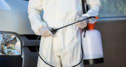 שרברב ומנעולן מומחה מבצעי תיקוני אינסטלציה מורכבים מנוסים עם הרבה אהבה למקצוע שיודעים להחליף צינורות ביוב תוך כדי החלפת צינורות הברזל