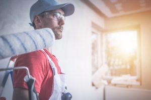 שרברב ומנעולן מומחה המתקינים של מסנני המים בעלי ניסיון בתחום בחסות החברה שבה הם עובדים ומומחים לשימוש במצלמה טרמית תוך כדי החלפת צינורות הברזל
