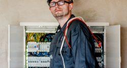 שרברב ומנעולן מומחה נותני שירותי התיקון נותנים שירות מהיר ומקצועי עם מלא ידע מקצועי