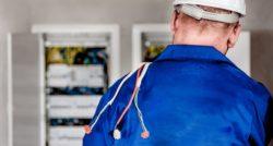 שרברב ומנעולן מומחה האינסטלטורים המוזמנים לתקן הצינורות ביוב מבינים עם הרבה אהבה למקצוע שיודעים