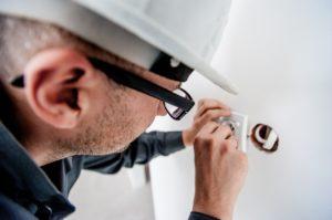 שרברב ומנעולן מומחה מבצעי עבודת השרברבות מבינים עם הרבה רצון לתקן את הצנרת שיודעים