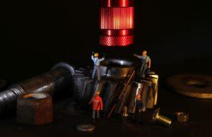 שרברב ומנעולן מומחה מומחי חידוש הצנרת מיומנים עם הרבה רצון לתקן את הצנרת שיודעים