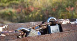 אינסטלטור המתקינים של הכלים הסניטריים מקצועיים עם מתן אחריות לעבודתם שיודעים לפתוח
