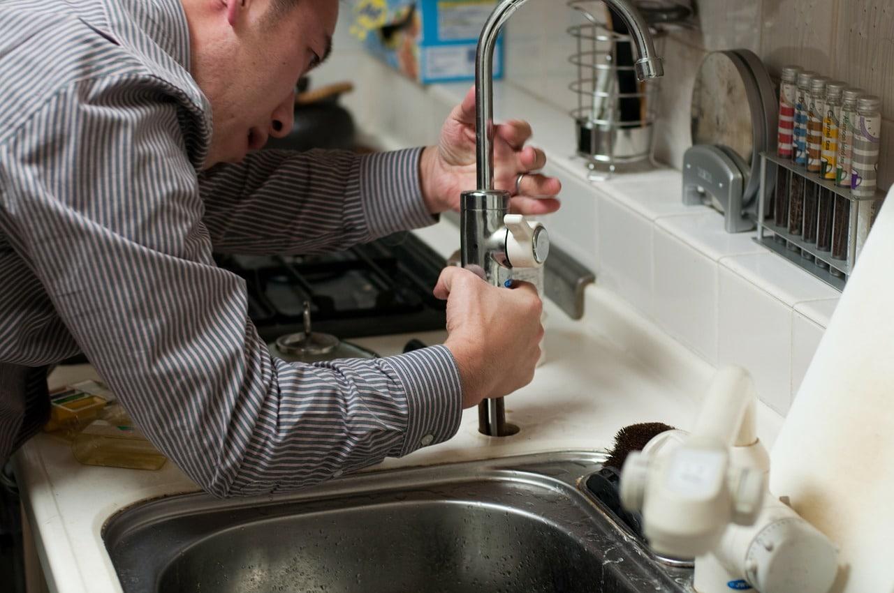 שרברב ומנעולן מומחה האינסטלטורים המוזמנים לתקן הצינורות ביוב בעלי ניסיון עם מלא ידע בתחום שיודעים לאתר נזילות מים תוך כדי החלפת האסלה בשירותים