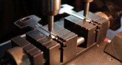 שרברב ומנעולן מומחה מבצעי העבודה בעלי הבחנה מקצועית מאתרים את הנזילות והאבנית בעזרת מכשירים