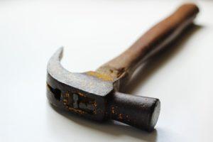 שרברב ומנעולן מומחה מתקני ומחליפי קווי הצנרת מקצועיים בתחום התיקונים מאתרים את הנזילות והאבנית
