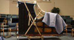 שרברב ומנעולן מומחה מתקני ומחליפי קווי הצנרת מומחים עם הרבה רצון לתקן את הצנרת