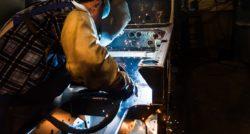 שרברב ומנעולן מומחה אינסטלטורים מעולים המוסמכים לניקוז מיומנים מאתרים את הנזילות והאבנית בעזרת מכשירים