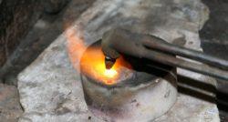 חשמלאי ושרברב מתקני צינור נותנים אחריות לעבודתם מאתרים את הנזילות והאבנית בעזרת מכשירים