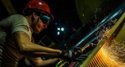 שרברב ומנעולן מומחה האינסטלטורים המתקנים מומחים בתחומם מאתרים את הנזילות והאבנית בעזרת מכשירים מתקדמים