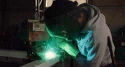 שרברב ומנעולן מומחה המתקינים של הכלים הסניטריים ממש מקצועיים עם הרבה ניסיון ומומחים לשימוש